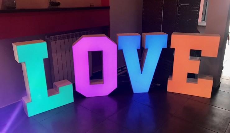 Litery LOVE, duży napis LOVE